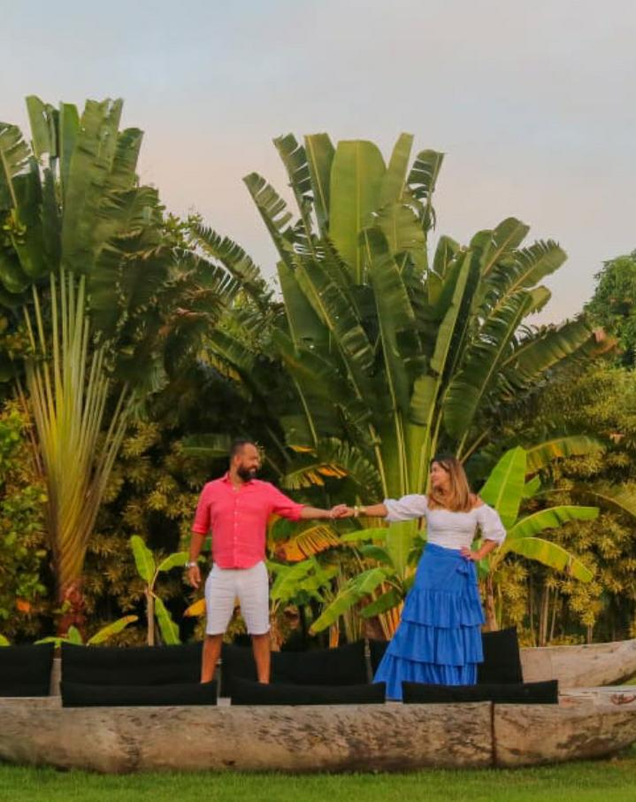 Colaboradores da Revista Let's Go Bahia celebram o amor na Península de Maraú