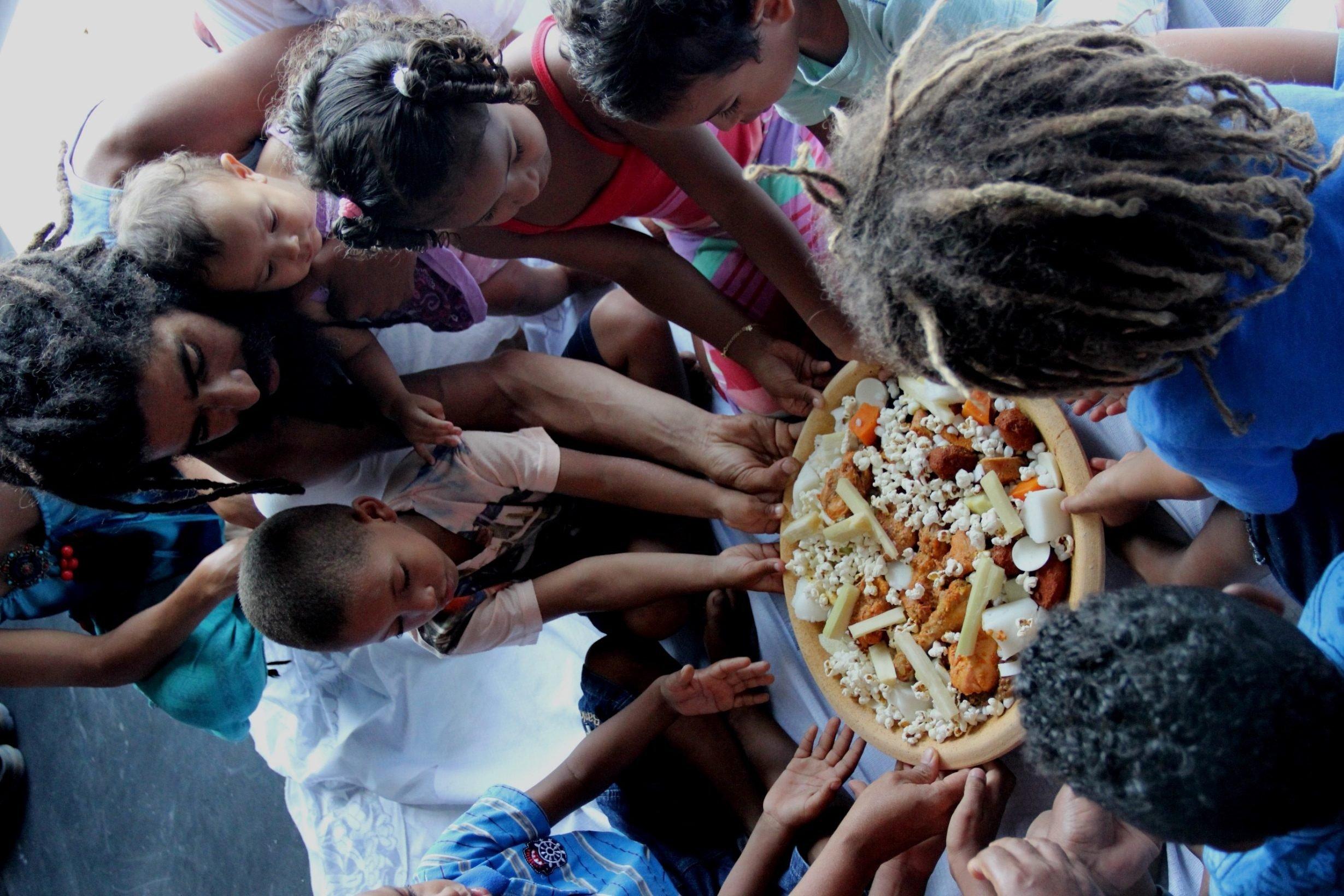 Teatro Gamboa realiza tradicional caruru para crianças da comunidade