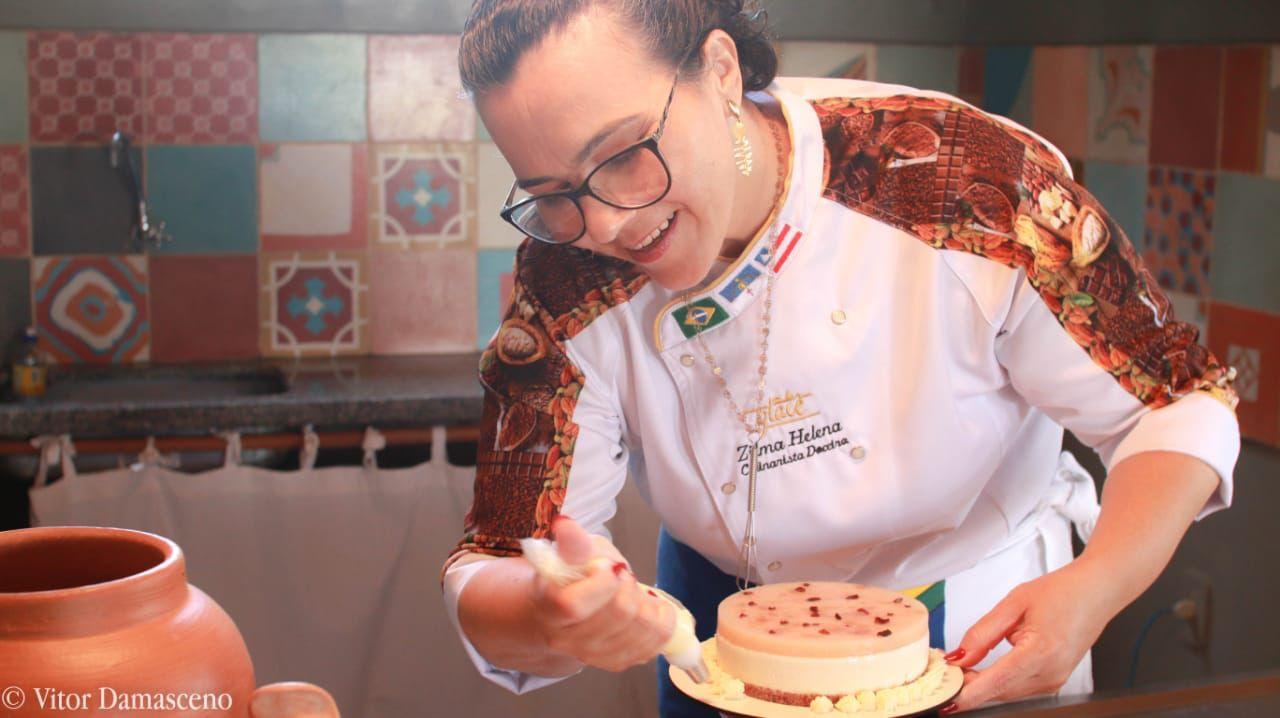 Chef confeiteira Zilma Helena, vencedora do 5º Que Seja Doce, estreia no VIII Festival Sabores de Itacaré ministrando aula na Cozinha Show