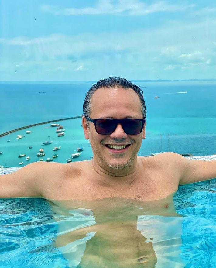 Danton Mello, em Salvador, surge na piscina do rooftop do Fera Palace Hotel neste feriado