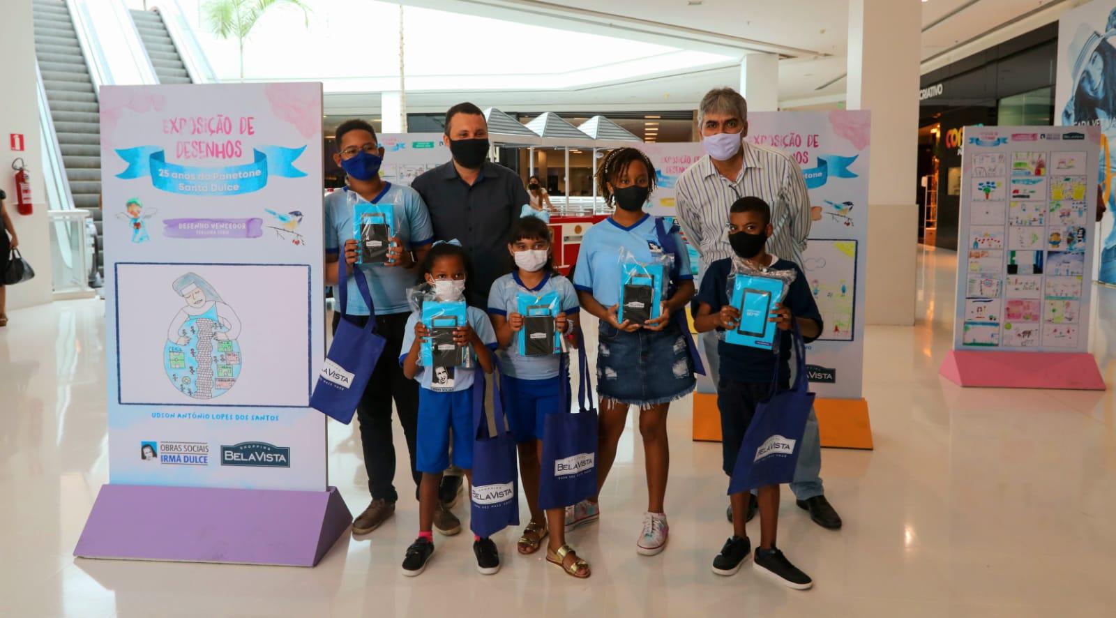 Shopping Bella Vista presenteia crianças finalistas da exposição 25 anos do Panetone Santa Dulce com tablets nesse Dia das Crianças
